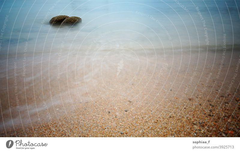 blaues Wasser und Sand, weiches Meer mit Stein am Strand türkis MEER Windstille Textur Paradies Boden winken sanft Küste fließen Urlaub durchsichtig atlantisch