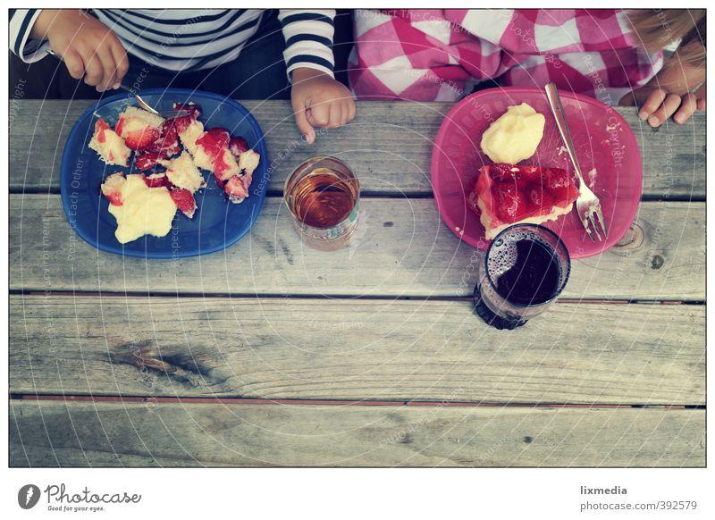 erdbeerkuchen, portionsweise Mensch Kind blau grau Essen natürlich Zusammensein rosa Kindheit Interesse