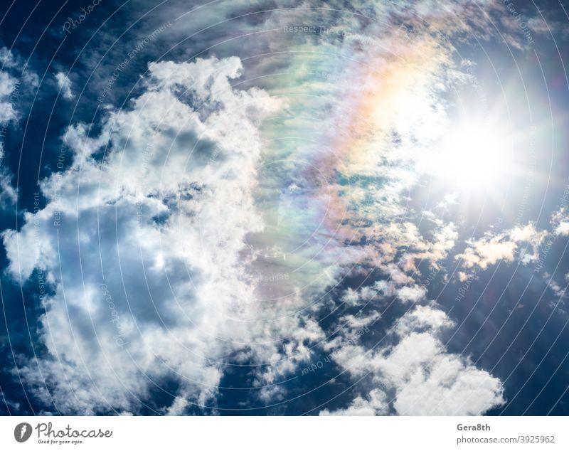 blauer Himmel weiße Wolken Sonne und Regenbogen Air Atmosphäre azurblau Hintergrund Klima Trübung Wolkenlandschaft wolkig Farbe Kumulus Tag Umwelt fluffig