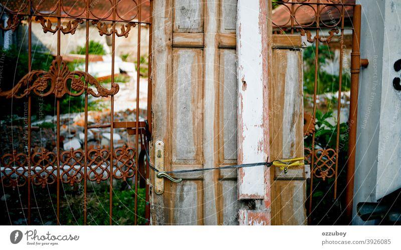 rustikale Tür am Zaun Schaden Eingang Eingangstür Griff Holztür Farbfoto zugeklappt Strukturen & Formen Detailaufnahme alt Holztor Außenaufnahme Eingangstor