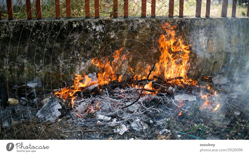 Feuerflamme Flamme Brandwunde erwärmen warm heiß brennend anzünden Rauch Asche schwarz Lagerfeuer orange rot Holz feurig flammend glühen Hölle Großbrand