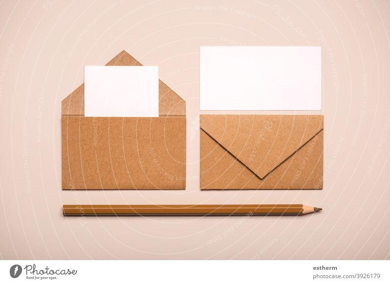 Briefumschläge aus braunem Papier mit weißen Karten und braunem Stift Kuverts Nachricht copyspace Textfreiraum Attrappe Paket Schreibstift senden Deckung Flyer