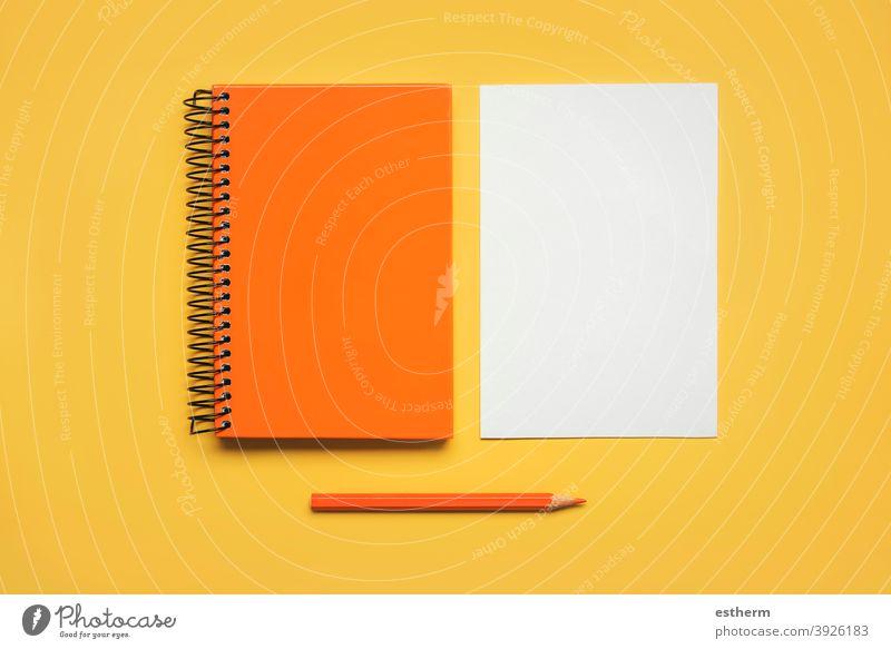 orangefarbener Spiralnotizblock mit einem Blatt weißem Papier und orangefarbenem Bleistift Notizblock Farbstift zurück zur Schule Bildung Memo Raum Seiten Text