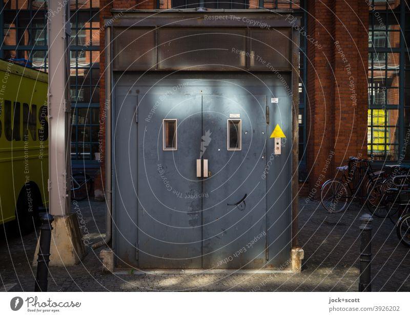 FACELIFTING Fahrstuhl Technik & Technologie Smiley Fröhlichkeit blau Design Inspiration Kreativität Wege & Pfade Straßenkunst geistreich Ebene Lichterscheinung
