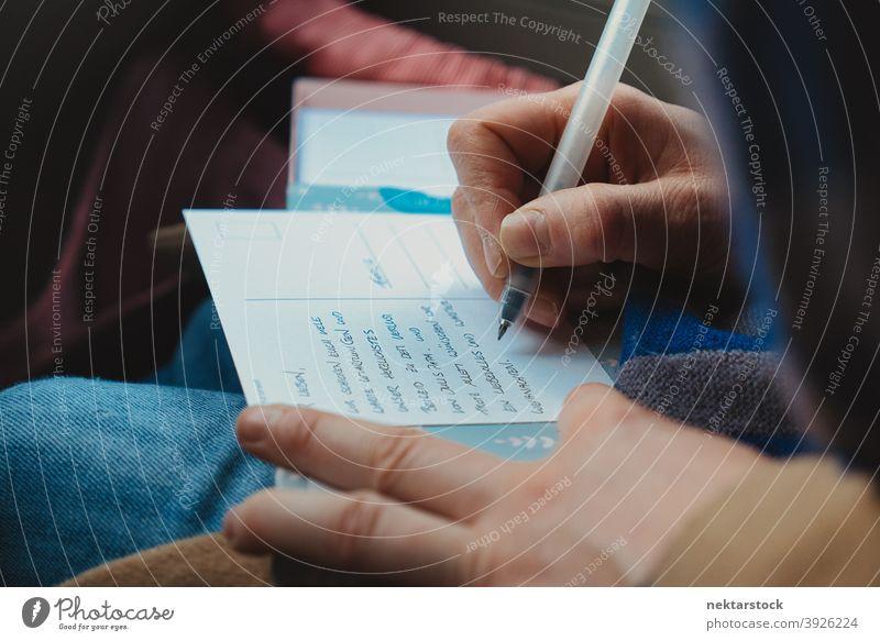 Hand der schreibenden Person Postkarte Schreibstift abschließen Handschrift Tusche Finger Beteiligung nicht erkennbare Person natürliche Beleuchtung Sprache