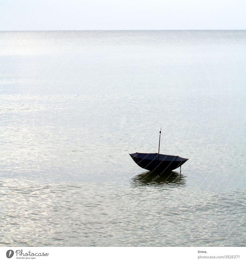 Fernreise wasser ostsee schirm schwimmen verloren sonnig horizont nass einsam fernweh himmel melancholie kindheitserinnerung reisen oberfläche meer