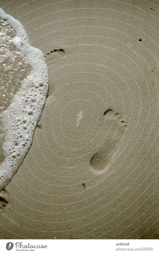 lechos del pie Strand Meer Wellen Fußspur Gelassenheit ruhig Meerwasser Europa Freiheit Natur Wasser Meeresrauschen Barfuß