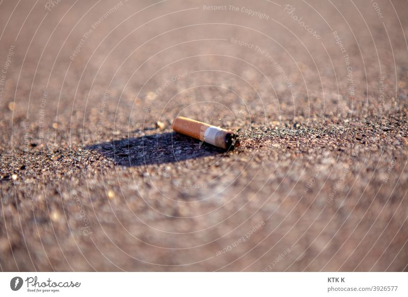 un mégot - Zigarettenstummel Filterzigarette Genuss Genussmittel Nikotin Abhängigkeit Rest Sucht weggeworfen ungesund Müll unscharf Tabak Rauchen Stummel Kippe
