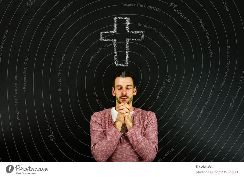 gläubiger Mann betet unter einem Kreuz Beten Religion & Glaube Hoffnung Gott Kirche Symbole & Metaphern Christ glauben