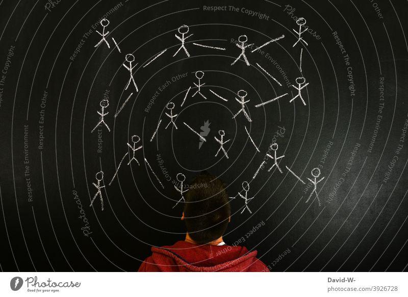 Menschen miteinander vernetzt übertragung Corona verbunden ansteckung Strichmännchen online Netzwerk Infektionsgefahr Tafel kreide