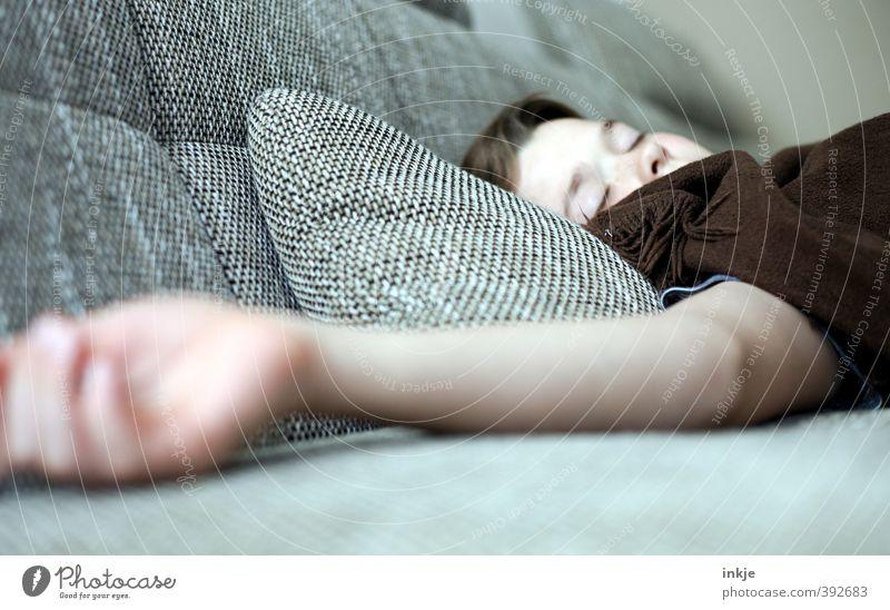 Entspannung Lifestyle Erholung ruhig Freizeit & Hobby Häusliches Leben Sofa Wohnzimmer Junge Kindheit Jugendliche Gesicht Arme Hand 1 Mensch 8-13 Jahre liegen