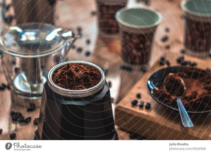 Kaffee kochen Kaffeemaschine elektrisch Boden Bohnen Tisch Teller Becher Foto horizontal braun demontiert Geschmack Farbe Küche Rücklicht Löffel Holz Aroma