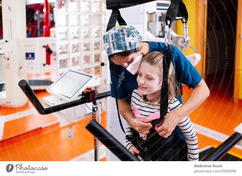 Behindertes Mädchen bereitet sich auf eine physiotherapeutische Übung vor Rehabilitation deaktivieren Kind Gerät Therapie Physiotherapie vorbereiten Training