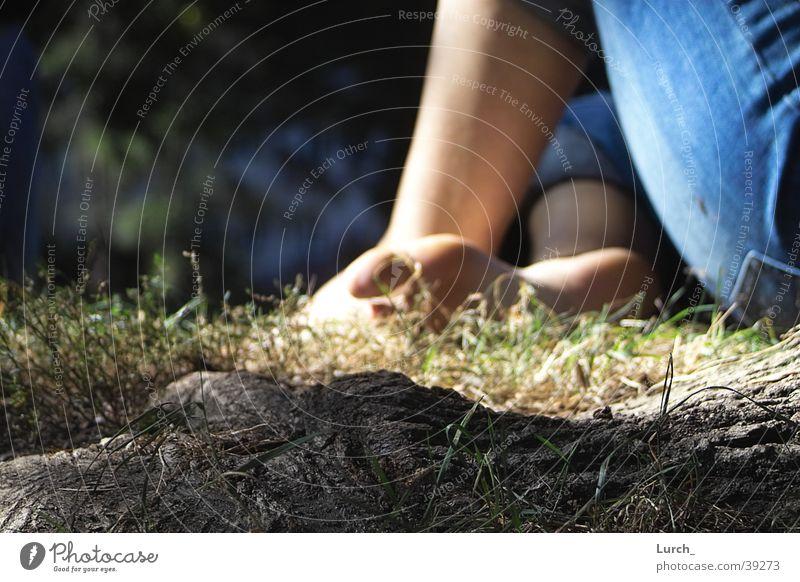 Zehohweh Zehen ruhig Wiese Tiefenschärfe Sommer Wurzel sitzen Fuß Barfuß