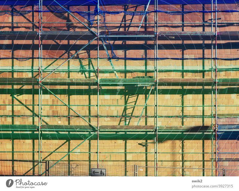 Rüstig Baugerüst Gebäude Haus Gerüst Stadt Baustelle Detailaufnahme Außenaufnahme Kontrast Sonnenlicht Schatten Licht fest Totale Tag Menschenleer Farbfoto oben