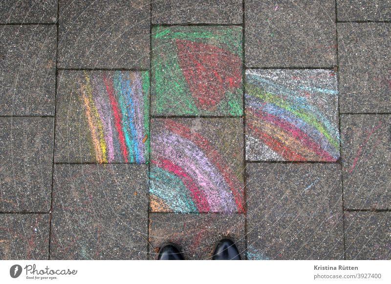 blick auf mit kreide bemalte gehwegplatten regenbogen malerei gemalt kinderkreide malkreide straßenkreide straßenmalkreide bürgersteig boden pflaster malen