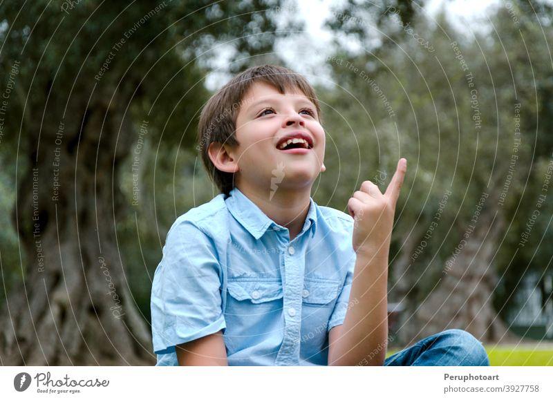 Porträtkind mit blondem Haar hat eine Idee, zeigt mit Finger nach oben Mann Glück männlich Person Junge jung Menschen Gesicht Typ Hand gutaussehend Ausdruck