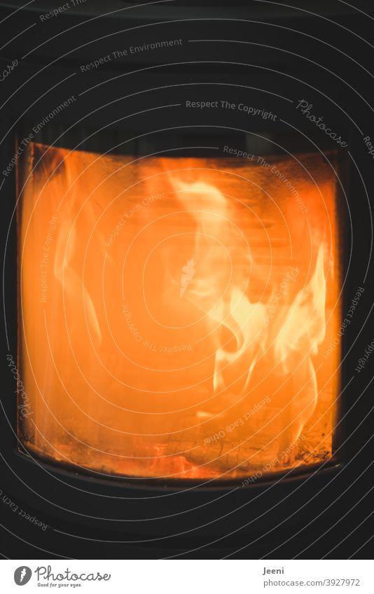 Das Feuer brennt im Ofen und heizt das Haus | Es ist warm, gemütlich und geborgen zu Hause heizen Brennstoff gehacktes Holz Vorrat brennen Heizung Wärme