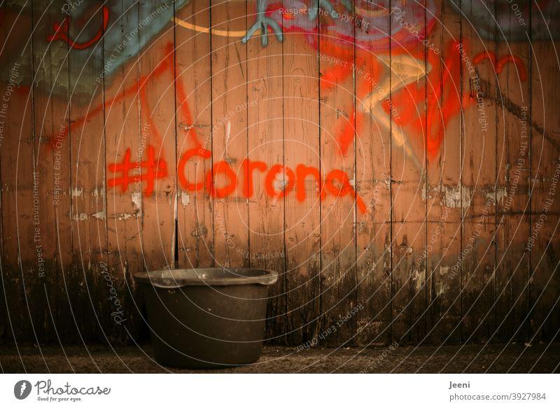 Ab in den Eimer damit | Beschmierte und bemalte Bretterwand mit #Corona | corona thoughts Corona-Virus Coronavirus COVID Pandemie coronavirus covid-19 COVID19