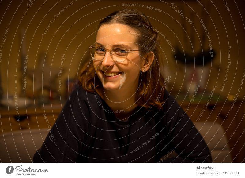 Lachen | systemrelevant Frau Junge Frau Blick Gesicht Jugendliche 18-30 Jahre feminin Farbfoto Innenaufnahme langhaarig Haare & Frisuren Erwachsene schön Mensch