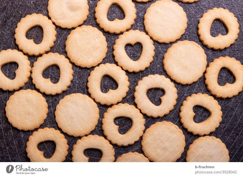 Kekse warten auf ihre Füllung Weihnachtskekse Ausstechform Herzform Weihnachten & Advent Plätzchen Backwaren backen Weihnachtsgebäck lecker Plätzchen ausstechen