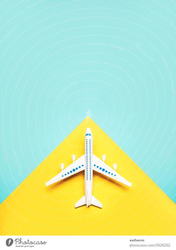 Urlaub und Reise Konzept.Flugzeug mit Kopie Raum Feiertage reisen Reisekonzept Textfreiraum Urlaubskonzept Koffer Transport copyspace Ebene Fliege Reisender