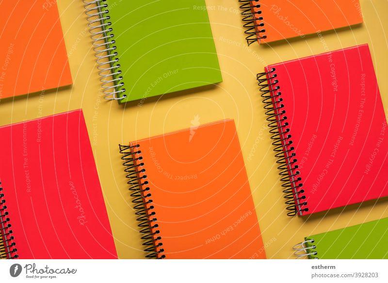 Geometrisches Muster aus bunten Spiralnotizblöcken Spiralnotizblock Notizblock zurück zur Schule Bildung Memo Raum Seiten Text farbenfroh Notebook Schriftstück