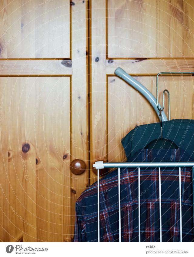 Wäscheständer, Oberhemd, Bügelbrett lehnen an der Kleiderschranktür... analog KodakEktar100 Filmscan Haushalt Waschtag Totale Detailaufnahme Ordnungsliebe Holz