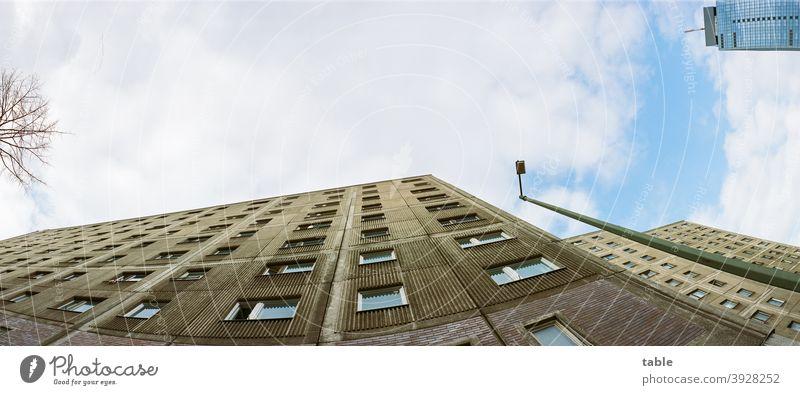 Blick an Plattenbaufassade entlang nach oben in den Himmel über Berlin urban Hochhausfassade Linie Symmetrie Moderne Architektur Stadt abstrakt Erfolg