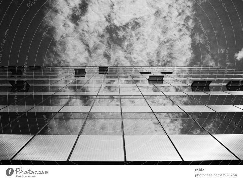 Blick nach oben, blauer Himmel und Wolken spiegeln sich in Glasfassade Schatten Licht Menschenleer Außenaufnahme analog Film Wandel & Veränderung Konkurrenz