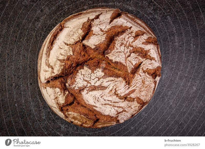 Brotlaib, frisches Brot, Holzofenbrot, knuspriges Brot Lebensmittel Ernährung Gesunde Ernährung lecker Bioprodukte Innenaufnahme Backwaren rund gebacken