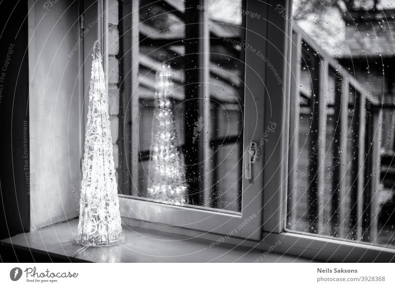 Weihnachtsbeleuchtung im Fenster. Baum Form Weihnachten Dekoration Pyramiden Lichter Weihnachten & Advent Lichterkette Weihnachtsdekoration leuchten