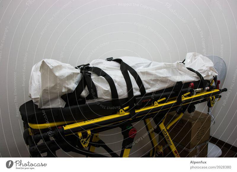 Tod Mensch Leiche leichenstarre Farbfoto covid-19 Coronavirus Pandemie COVID Corona-Virus Gesundheit Schutz Infektionsgefahr Ansteckend Krankheit coronavirus