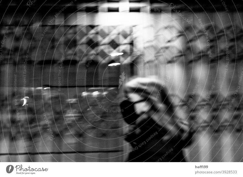 Maske tragen - die Frau geht im Dunkeln mit Maske durch eine Passage coronavirus covid-19 Mundschutz Schutz Corona-Virus COVID Infektionsgefahr Krankheit
