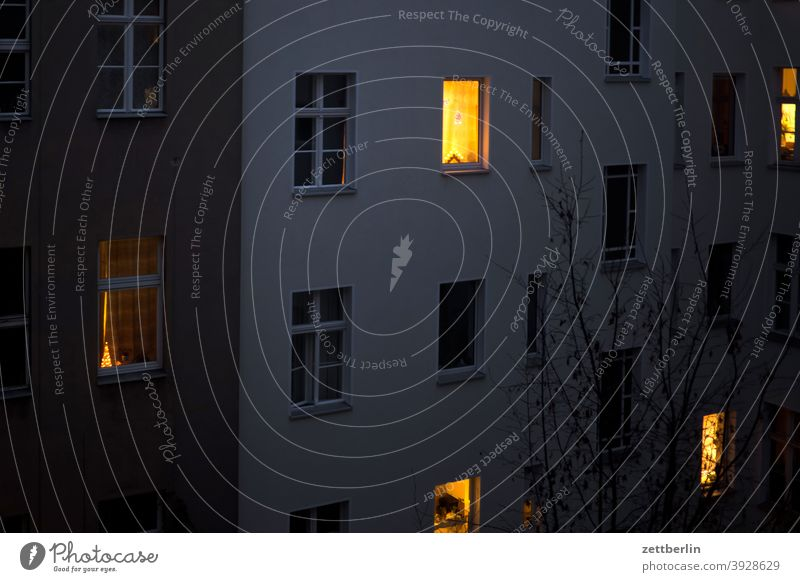 Weihnachtsillumination im Hinterhof abend advent altbau außen deko dekoration dunkel fassade fenster haus hinterhaus hinterhof innenhof innenstadt licht mauer