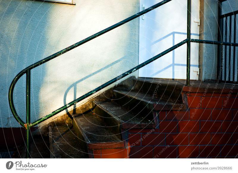 Treppe treppe stufe aufgang abgang aufstieg abstieg treppengeländer tür eingang eingangstür absatz treppenabsatz karriere licht sonne schatten