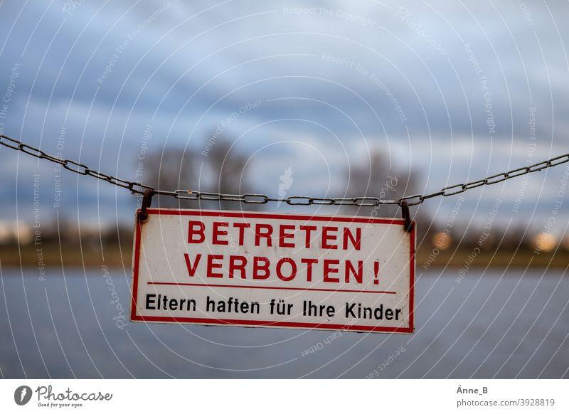 Betreten verboten! Eltern haften für ihre Kinder Schilder & Markierungen Hinweisschild Warnhinweis Kette Absperrung Absperrkette Bäume ufer Baum Verbotsschild