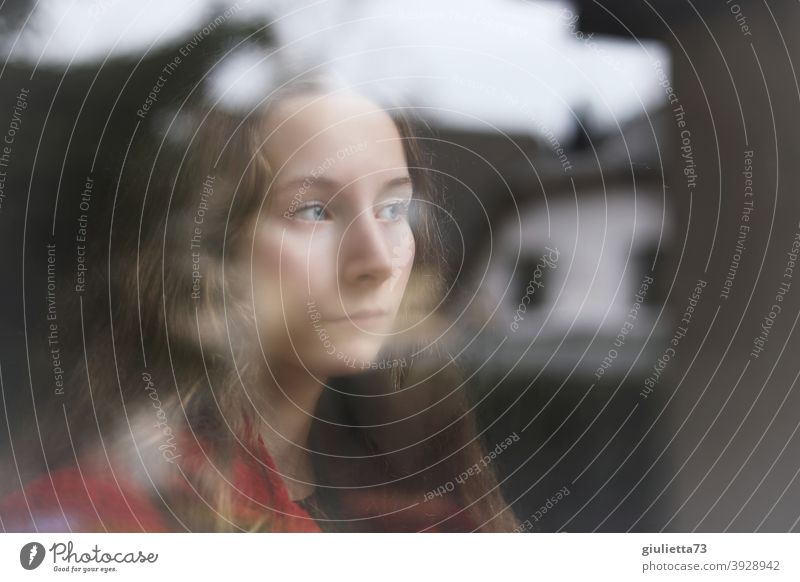 Porträt eines traurigen Teenager Mädchens am Fenster, Sehnsucht, Liebeskummer Frau Zukunft Fensterscheibe Pubertät Fensterblick Dämmerung feminin Junge Frau 1