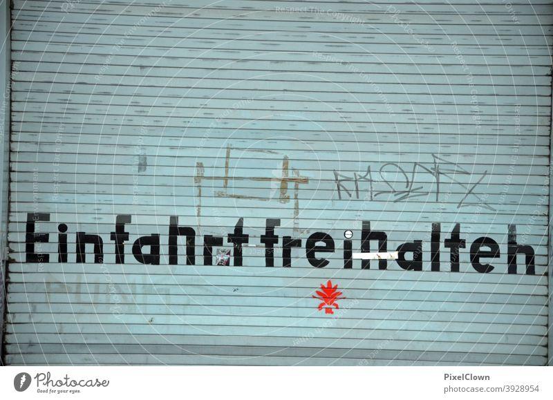 Garageneinfahrt Garagentor Tor Einfahrt Außenaufnahme Fassade Gebäude trist Rolltor Ausfahrt Schilder & Markierungen Graffiti