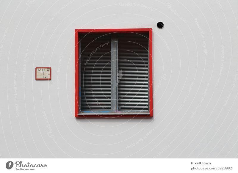 Fenster mit Vorhang Fassade Gebäude Haus Menschenleer Mauer Farbfoto Außenaufnahme trist Stadt Rot, Fensterrahmen
