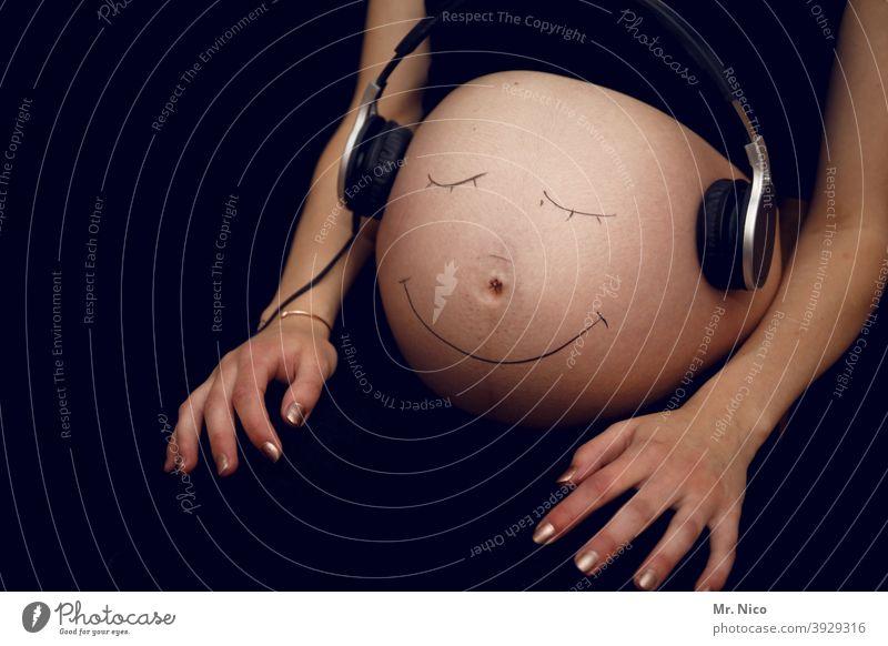 Feel the music Schwangerschaft schwanger Baby Kopfhörer Musik Mutter Mama Wachstum Leben Musik hören zuhören Mutterschaft warten Körper Frau erwartungsvoll