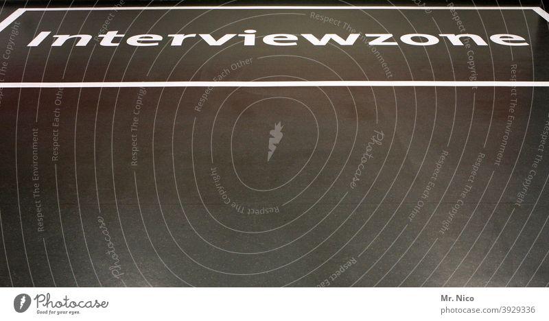 Interviewzone Zone Schilder & Markierungen Zeichen Hinweisschild fußboden Beschriftung schwarz weiß Markierungslinie Strukturen & Formen Ordnung verboten Linie