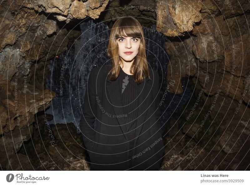 Ein Modelltest dieses wunderschönen brünetten Mädchens im Retiro Park, Madrid. Es ist Herbstzeit und ein schwarzer Mantel ist ein Muss, um sie warm zu halten. Der direkte Augenkontakt in die Kamera macht mich schon nervös.