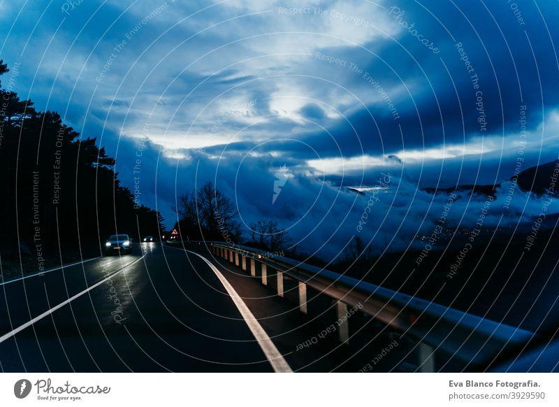 Innenansicht aus dem Auto von einem bewölkten Sonnenuntergang während der Fahrt. Wintersaison PKW wolkig Straße reisen kalt Saison Geschwindigkeit