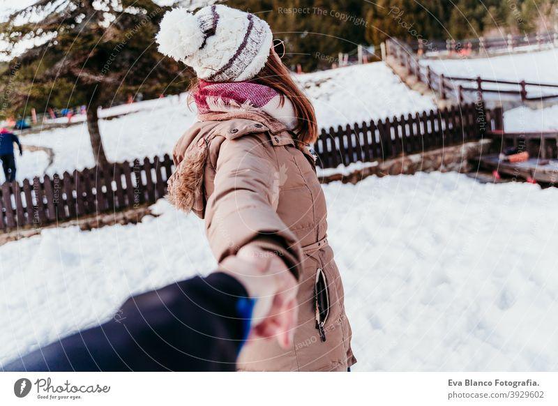 Folgen Sie mir. glückliche Frau und Mann halten Hände. pov. Wintersaison am Berg. Liebe Konzept Lächeln Glück Lachen mir folgen Schnee Freund Freundin