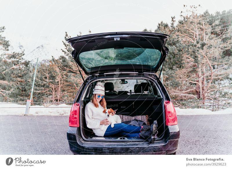 Frau und Hund im Auto im Schnee, Winterzeit Natur Zusammensein Saison Fernweh Schönheit niedlich aktiv Zusammengehörigkeitsgefühl Freunde Tag außerhalb