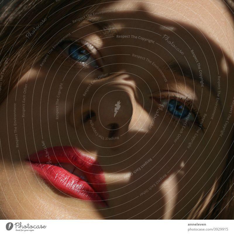 Beauty Gesicht Nahaufnahme, roter Lippenstift Make-up-Look und perfekte Haut, schönes Model Frau 30s Erwachsener attraktiv Schönheit blau Marke brünett Kampagne