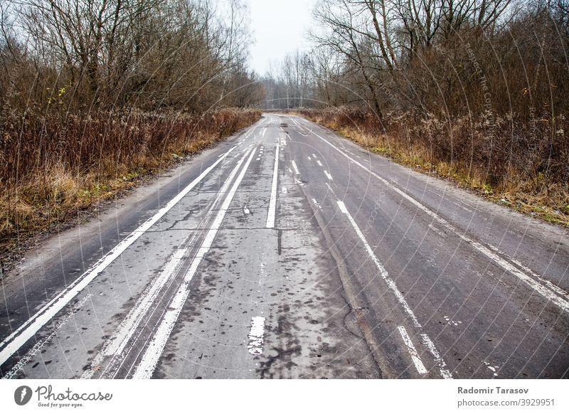 alte verlassene Asphaltstraße mit verunstalteten Fahrbahnmarkierungen Straße Markierungen weiß Hintergrund Linie schwarz urban Oberfläche Weg abstrakt Textur