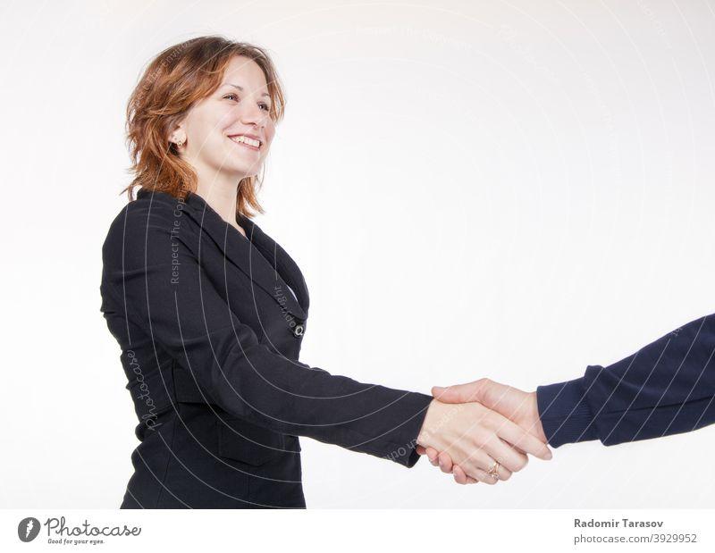 Geschäftsfrau beim Händeschütteln mit einem Kollegen Business Menschen Vereinbarung Büro Hände schütteln Team Glück männlich Frau Arbeit professionell Person