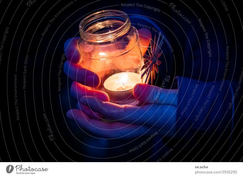 Friedenslicht Licht Teelicht Weihnachten & Advent Stern (Symbol) Strohstern Nacht Hände Finger Glas Abend Andacht Farbfoto Dunkelheit Weihnachtsdekoration